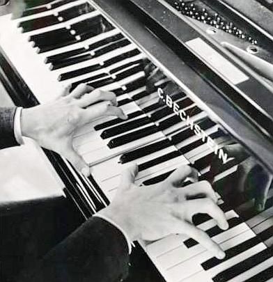 la mano del pianista ha sei dita